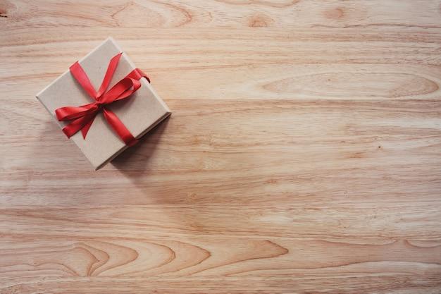 Vista superior do presente na mesa de madeira