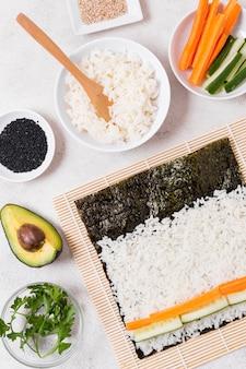 Vista superior do processo de fabricação de sushi