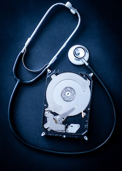 Vista superior do processo de reparo do disco rígido do computador