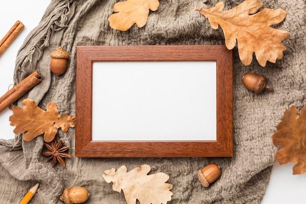 Vista superior do quadro com bolotas e folhas de outono