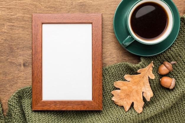 Vista superior do quadro com folhas de outono e café