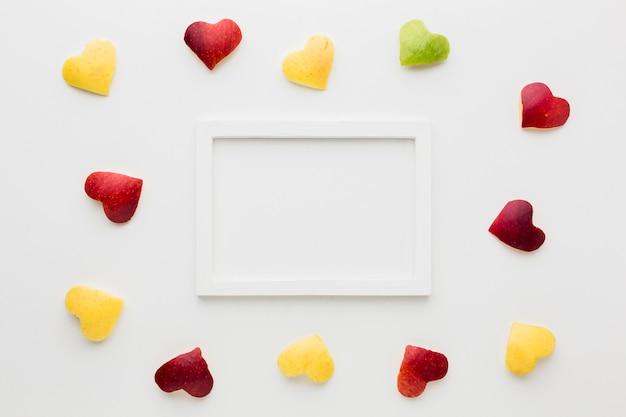 Vista superior do quadro com formas de coração de frutas