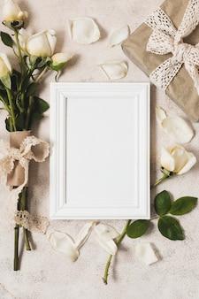 Vista superior do quadro com presente e buquê de rosas