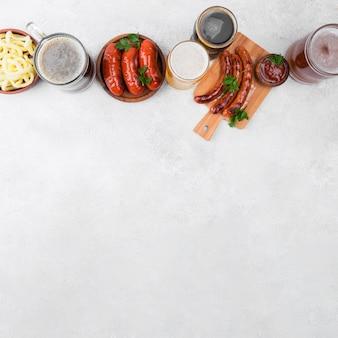Vista superior do quadro de comida e cerveja