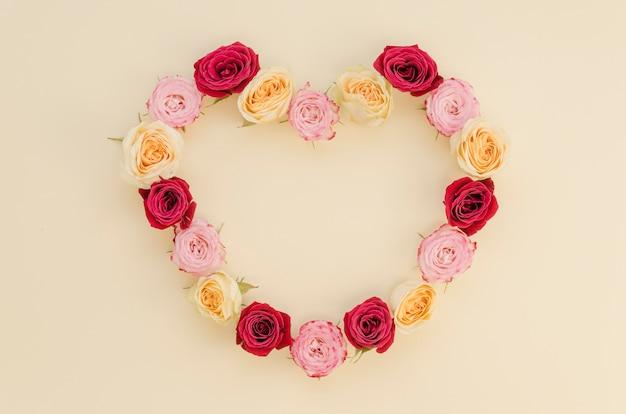Vista superior do quadro de coração rosa