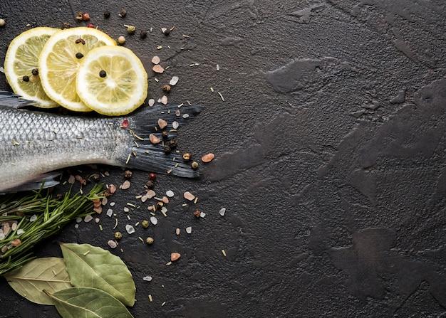 Vista superior do quadro de peixes com ervas e cópia-espaço