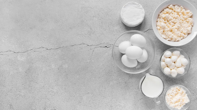 Vista superior do quadro de produtos lácteos com ovos