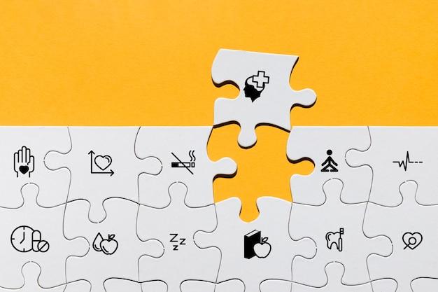 Vista superior do quebra-cabeça com ícones médicos