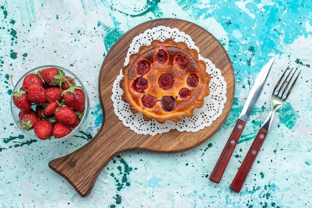 Vista superior do queque com frutas ao lado da colher e do garfo