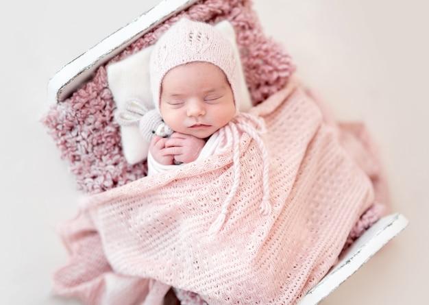 Vista superior do recém-nascido bonito dormindo