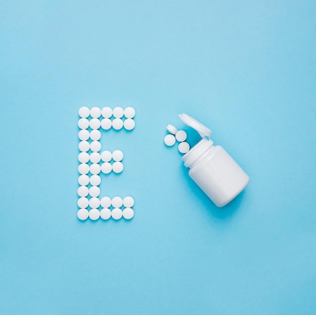 Vista superior do recipiente com comprimidos que soletram a letra e
