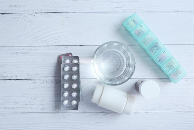 Vista superior do recipiente da embalagem de bolha médica na mesa
