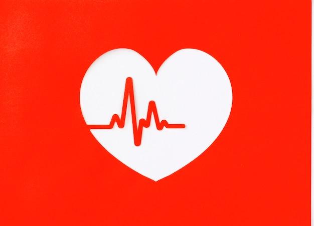 Vista superior do recorte de coração de papel com batimento cardíaco