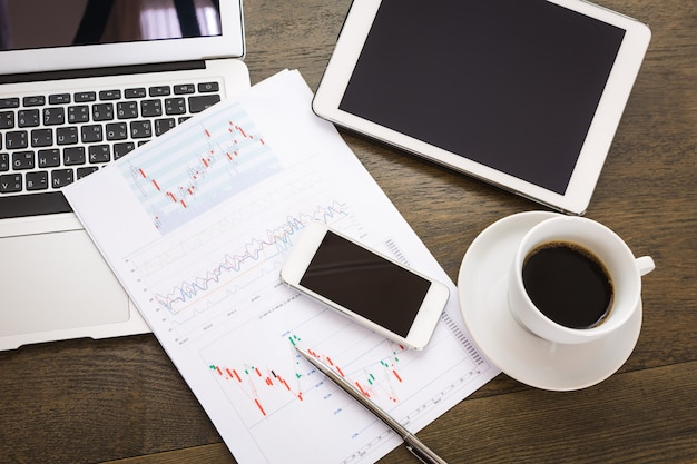 Vista superior do relatório de negócios com dispositivos tecnológicos