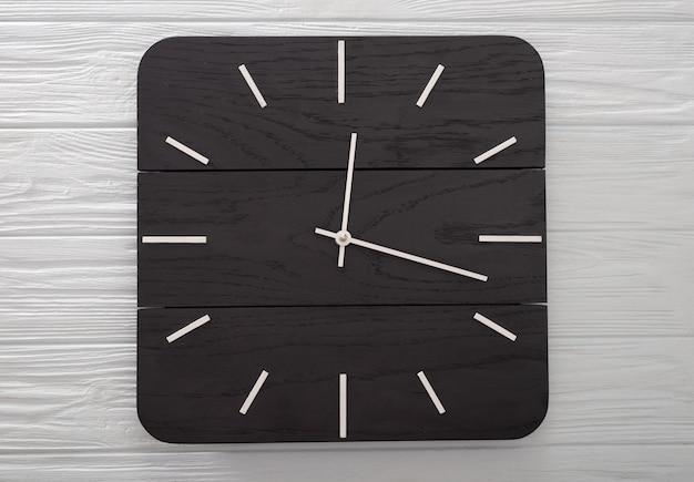Vista superior do relógio de madeira com as mãos do relógio, conceito de tempo sem tempo, espaço de mesa de madeira para colocar o texto da cópia, criando seu tempo com menos conceito de tempo