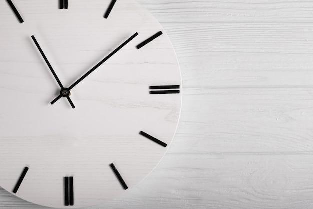 Vista superior do relógio de madeira com relógio mãos, tempo sem conceito de tempo