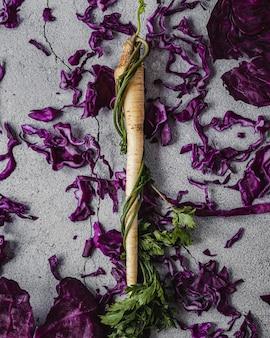 Vista superior do repolho roxo e raiz de salsa