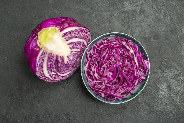 Vista superior do repolho roxo fatiado em fundo escuro dieta saudável salada madura