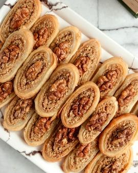 Vista superior do rolo de pastelaria turca tradicional com nozes no whiye