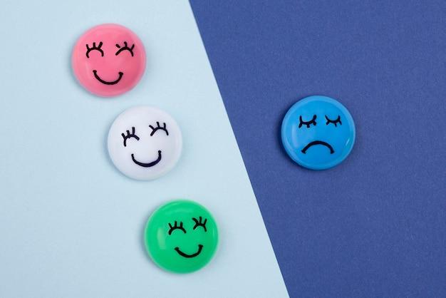 Vista superior do rosto com emoções para segunda-feira azul