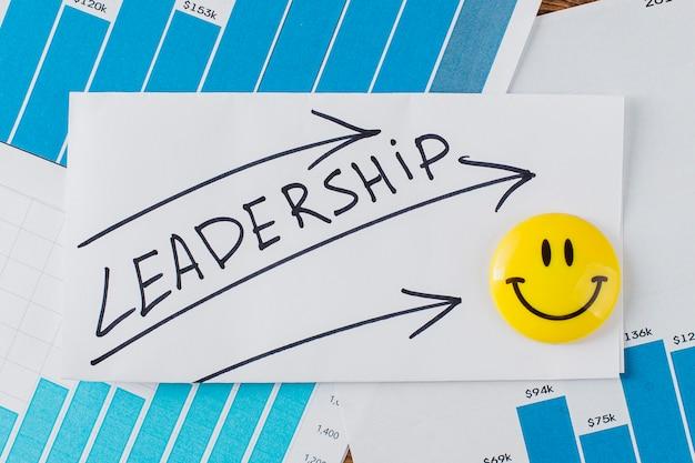 Vista superior do rosto sorridente com a palavra liderança