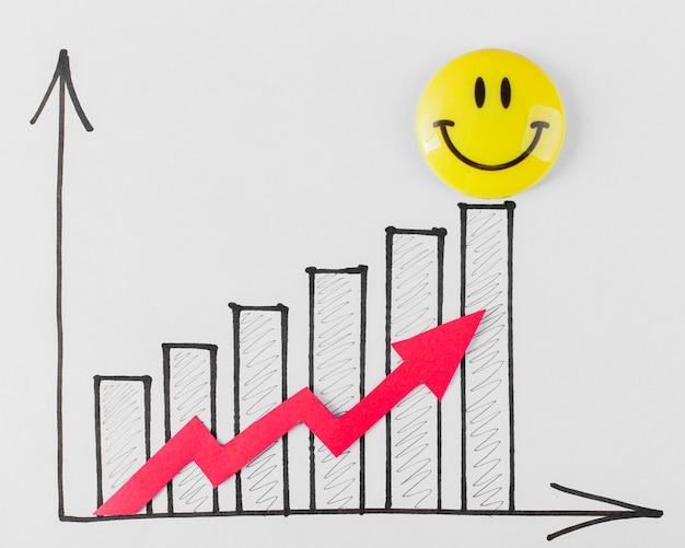Vista superior do rosto sorridente e gráfico de crescimento