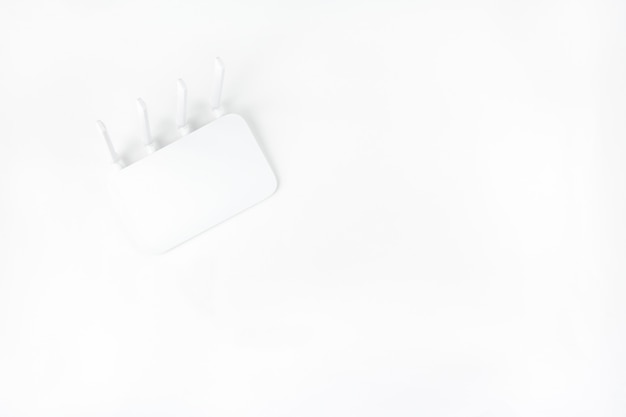 Vista superior do roteador wifi isolada no fundo branco