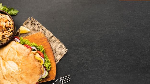 Vista superior do saboroso kebab com espaço de cópia e garfo