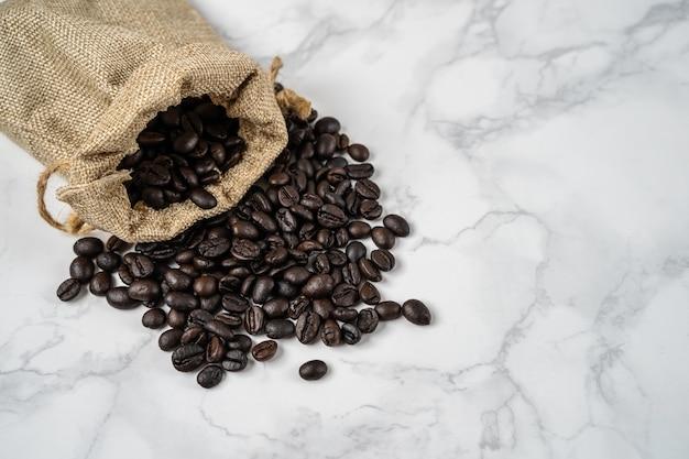 Vista superior do saco de grãos de café torrado
