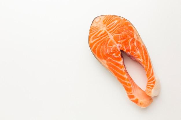 Vista superior do salmão no fundo branco