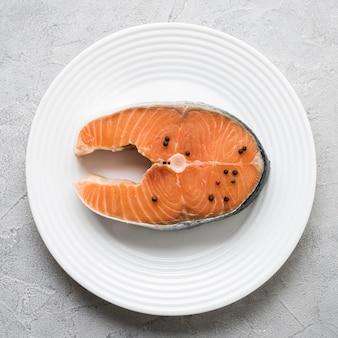 Vista superior do salmão no prato branco