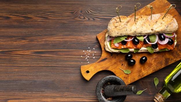 Vista superior do sanduíche de salmão com espaço de cópia