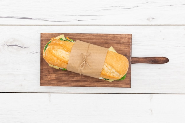 Vista superior do sanduíche embrulhado com papel