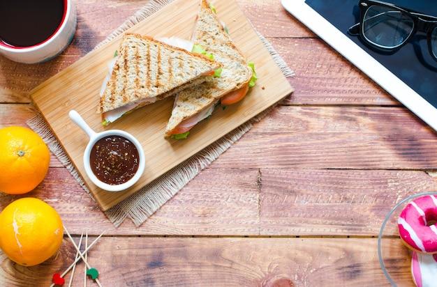 Vista superior do sanduíche saudável, numa superfície de madeira