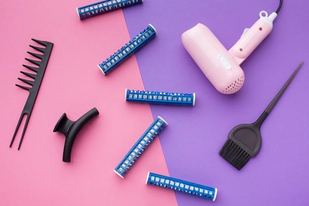 Vista superior do secador de cabelo e escovas