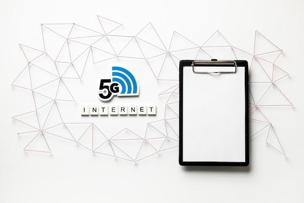 Vista superior do símbolo 5g wi-fi e da área de transferência