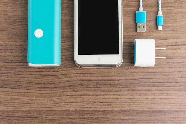 Vista superior do smartphone carregamento de powerbank