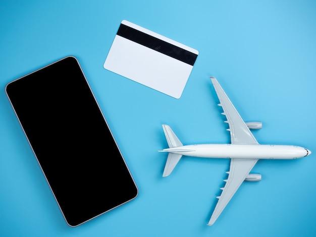 Vista superior do smartphone, cartão de crédito e avião