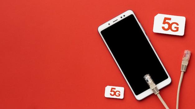 Vista superior do smartphone com cartões sim e cabos ethernet