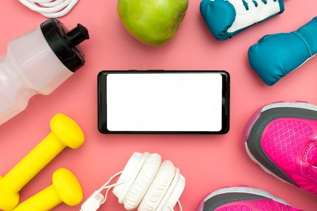 Vista superior do smartphone com itens essenciais do esporte