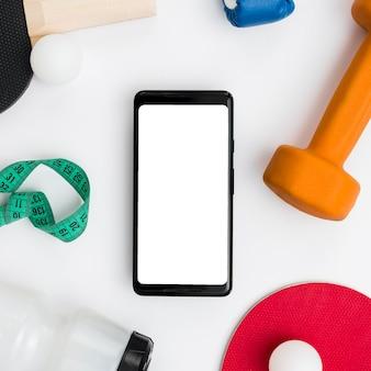 Vista superior do smartphone com peso e fita métrica