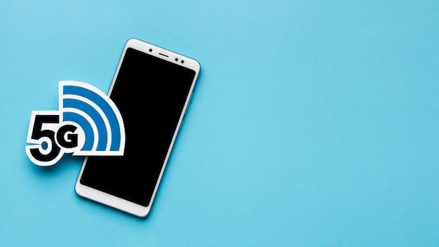 Vista superior do smartphone com símbolo 5g e espaço de cópia