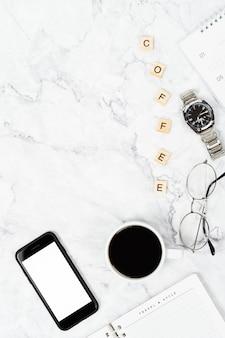 Vista superior do smartphone isolado tela branca para design de maquete com xícara de café