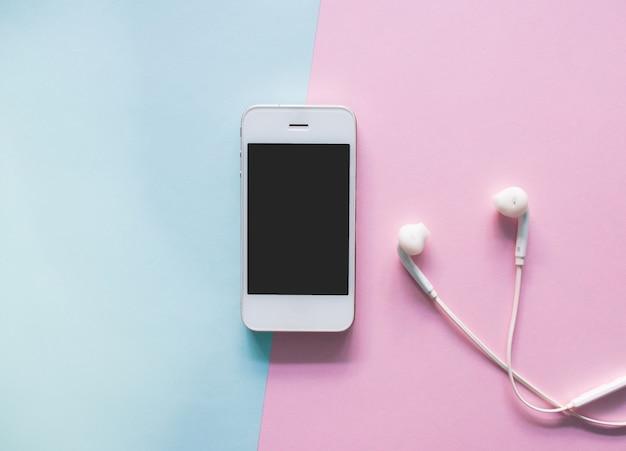 Vista superior do smartphone no fundo colorido.