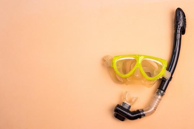 Vista superior do snorkel em um fundo de cor.