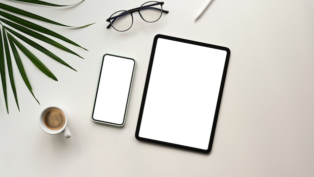 Vista superior do tablet e smartphone na mesa branca