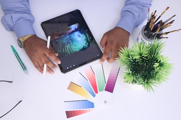 Vista superior do tablet gráfico do designer no local de trabalho para o designer gráfico designer criativo