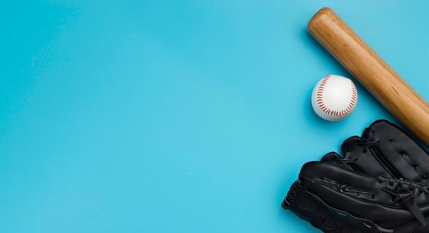 Vista superior do taco de beisebol com bola e luvas