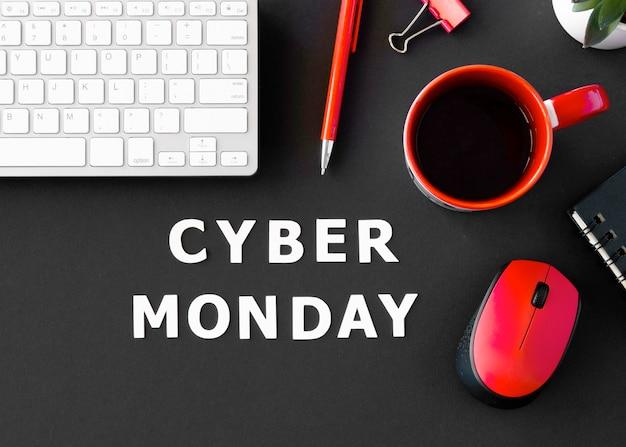 Vista superior do teclado com café e mouse para cyber segunda-feira