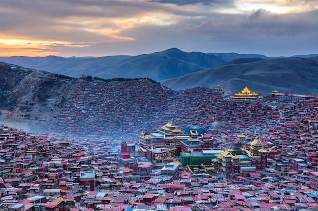 Vista superior do tempo do sol em larung gar (academia budista) em sichuan, china